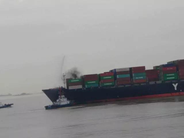 昨日上海港8236TEU集装箱船靠港前突然着火